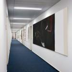 Ralph Kull, Teilung, 2000–1999, Polizeipräsidium Bremen (zweiter Flur), Ein Bild von 36 Metern in 9 Teile passend der Räumlichkeit zugeschnitten